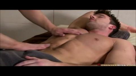 Un bisexuel ne résiste pas à la tentation de se taper le masseur