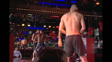 Un plan hot en plein milieu du bar gay