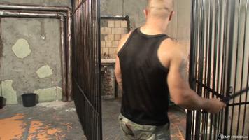 Prisonnier abusé par le maton gay