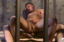Prisonnier se fait fermer la bouche avec la bite du maton