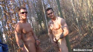 Baise et exhibition gay sur un parcours de golf fréquenté