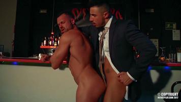 Deux mecs en costard se retrouvent dans un bar gay