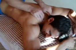 Le masseur gay abuse de son client
