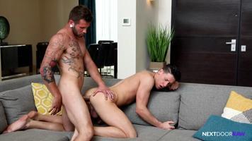 Un jeune mec se fait déchirer l'anus sans capote