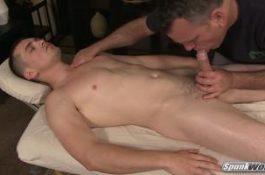Hétéro se fait branler et sucer par un daddy