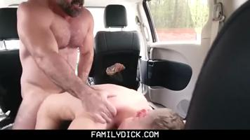 Jeune gay baise avec son beau père