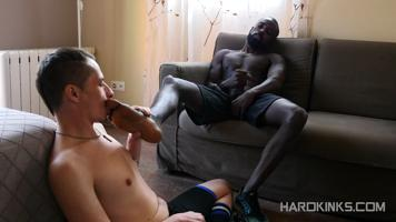 Un jeune soumis bouffe les pieds d'un master black