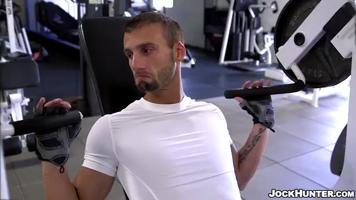Après son entrainement en salle de muscu, il se fait baiser dans les vestiaires