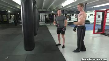 Le boxeur se fait baiser par son coach en plein entraînement