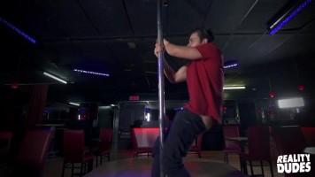 Un gogo dancer se met nu et se branle sur la scène