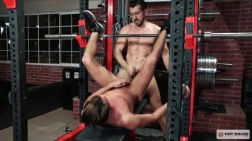 L'entraineur baise son élève à la salle de muscu