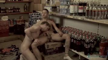 Jeunes mecs baisent dans la réserve du magasin