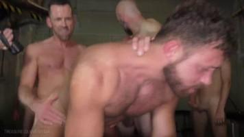 Tournante bareback avec Logan Moore