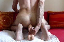 Un gode de 30 centimètres lui dilate l'anus
