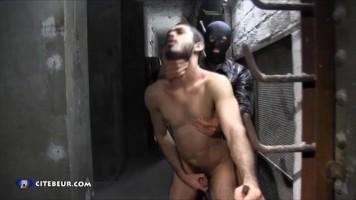 Musulman gay passif se fait défoncer dans les caves