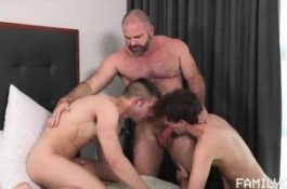 Jeunes mecs soumis à un bear gay