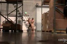 Défonce dans l'entrepôt entre ouvriers