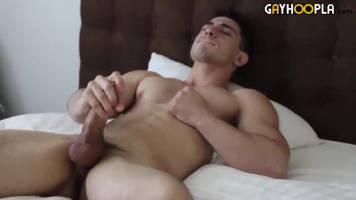 Masturbation et éjaculation d'un jeune sportif baraqué