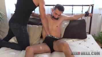 Bondage : Jeune mec soumis se fait tirer le jus