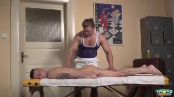 Jeune sportif abusé par un masseur musclé