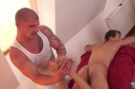 Le masseur en profite pour branler ce minet