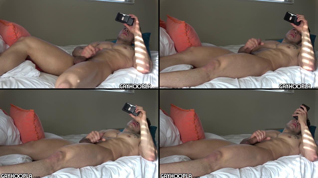 Beau mâle hétéro se masturbe devant une vidéo porno