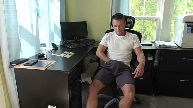 Un père se masturbe et se filme quand sa femme est absente