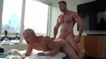 Daddy musclé baise un athlète blond – Alam Wernik & Austin Wolf