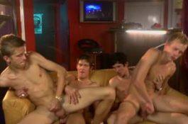 Partouze entre minets dans un bar gay
