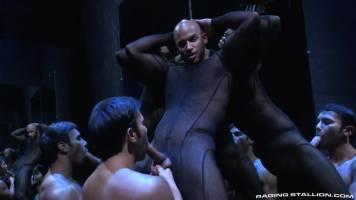 Sean Zevran se fait sucer dans le labyrinth d'une darkroom par un soumis