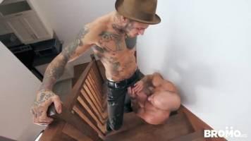 Mec tatoué baise un daddy soumis