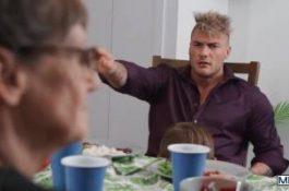 William Seed discrètement sucé sous la table au repas de famille