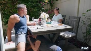 Jeune mec suce son oncle sous la table lors d'un repas de famille