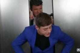 Coincé dans l'ascenseur , il est enculé de force – JJ Knight et Joey Mills