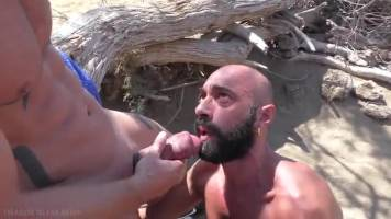 Lopé et dosé sur une plage naturiste gay