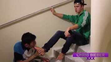 Kiffeur lèche les pieds de son pote dans la cage d'escalier