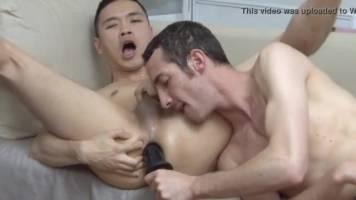 Thailandais se fait dilater l'anus comme une chienne