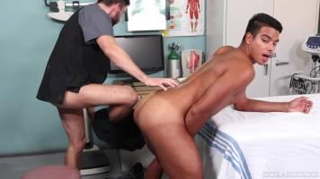 Le docteur me donne un orgasme !