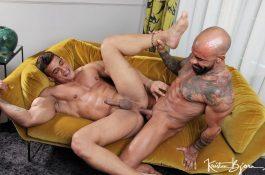 Duo de machos musclés et TBM