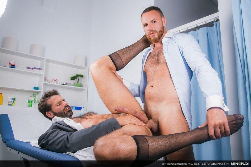 Le docteur examine mon cul en profondeur
