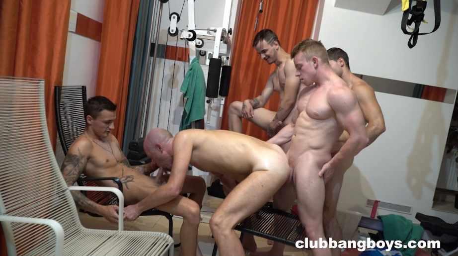 Quiquin se fait baiser hard par 4 jeunes mecs