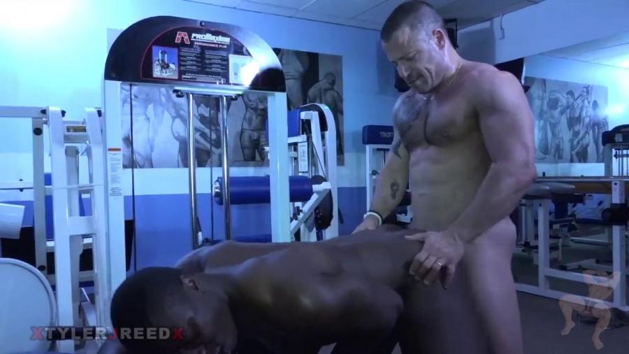 Bear défonce un beau black à la salle de musculation