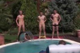 Dans un résidence d'été, des jeunes mecs s'amusent à la piscine